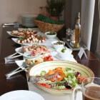 Zomerse salades met vis, vlees of fruit in buffetvorm