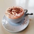 Hoe maak ik romige kaneelkoffie (cinnamon coffee)?