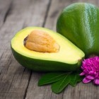 Frisse maaltijdsalade met spinazie en avocado