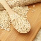 Zelfgemaakte nasi en nasi van bloemkool rijst met pindasaus